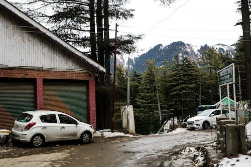Kostnadsfri bild av kulle station, snögubbe, snötäckt bil, snötäckta berg
