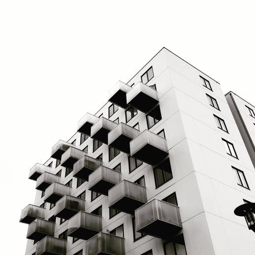 Фотосъемка бетонных зданий под низким углом