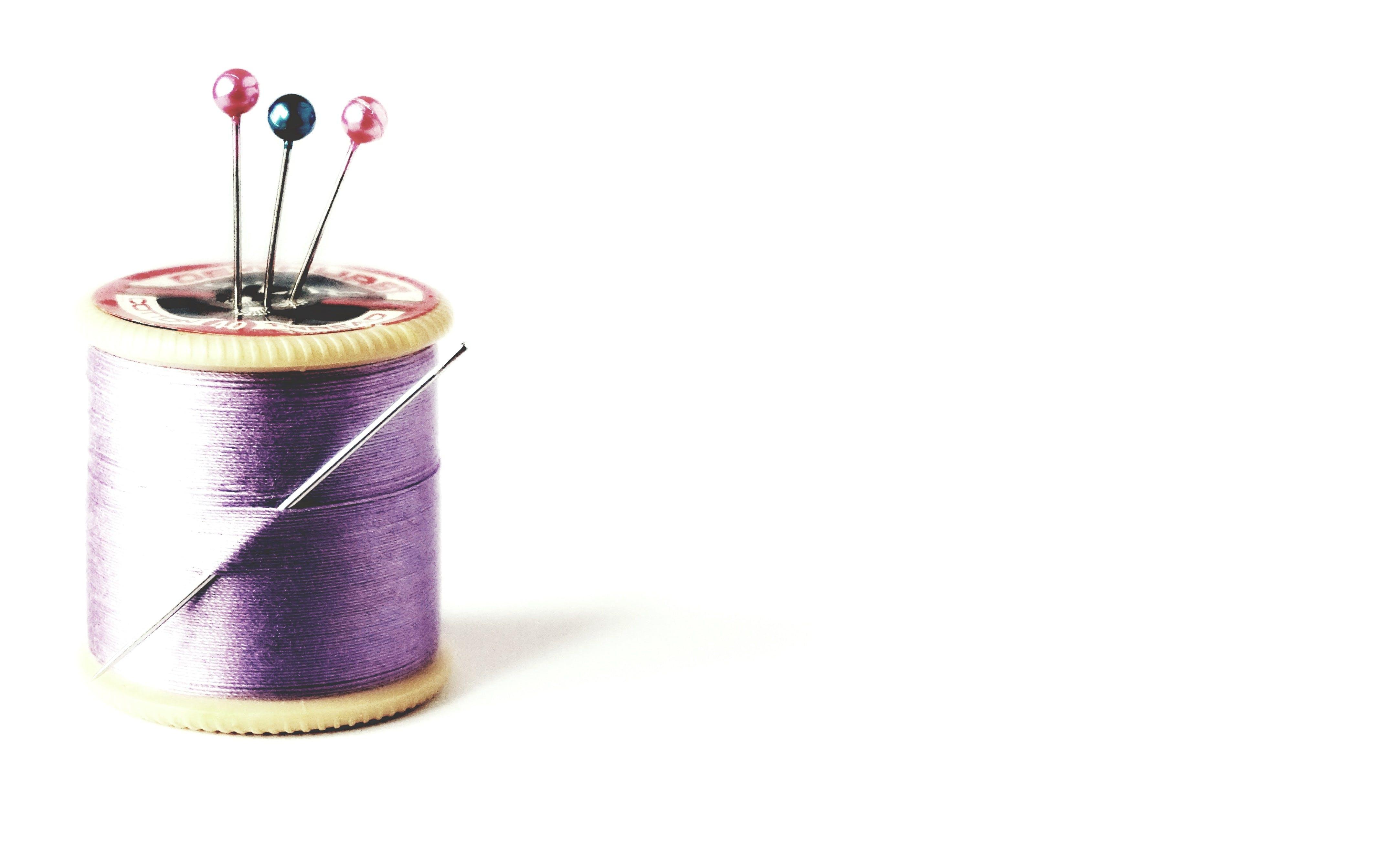 Kostenloses Stock Foto zu baumwollspulen, lila, nadeln, nähen