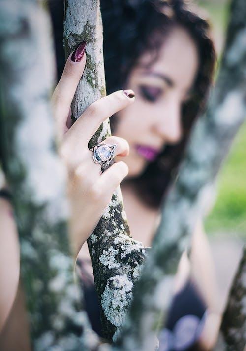Gratis stockfoto met hand, juwelen, maansteen