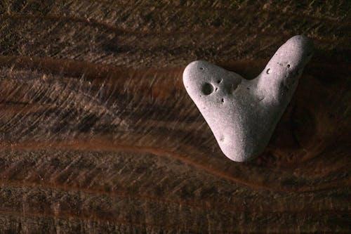 Darmowe zdjęcie z galerii z drewno, miłość, plaża, rock