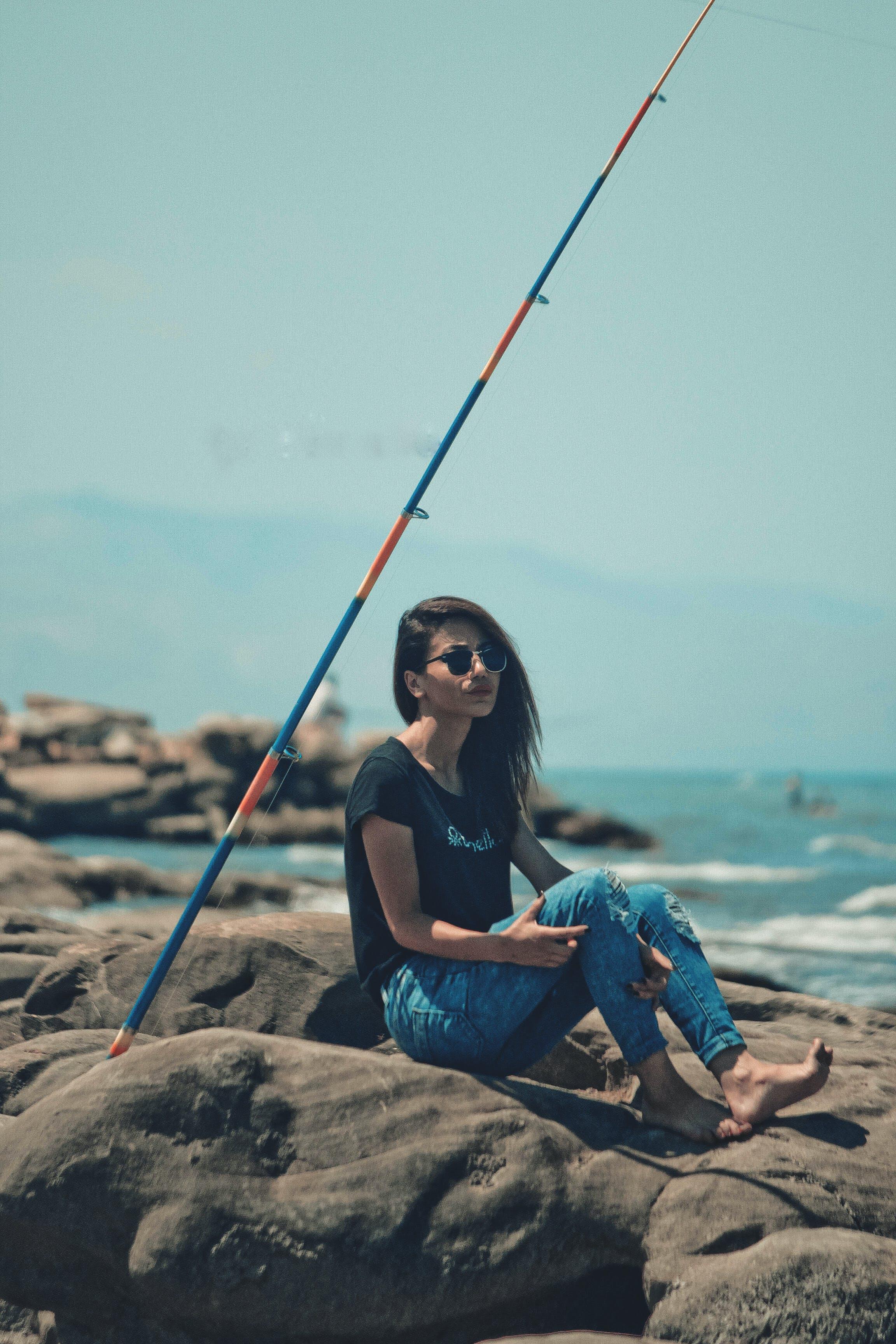 Δωρεάν στοκ φωτογραφιών με rock, θάλασσα, κορίτσι, κορίτσι στη θάλασσα