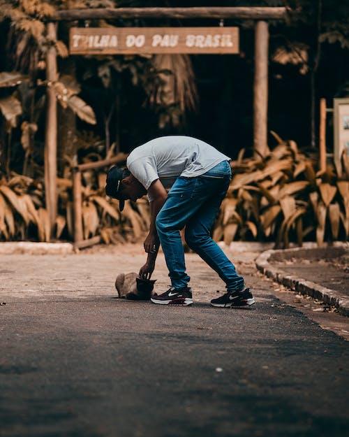 adam, aksiyon, Evcil Hayvan, eylem içeren Ücretsiz stok fotoğraf