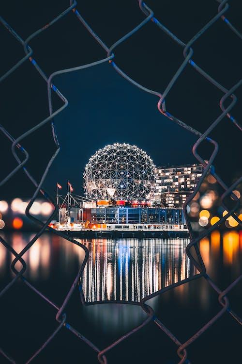 aydınlatılmış, biçim, çağdaş, çit içeren Ücretsiz stok fotoğraf