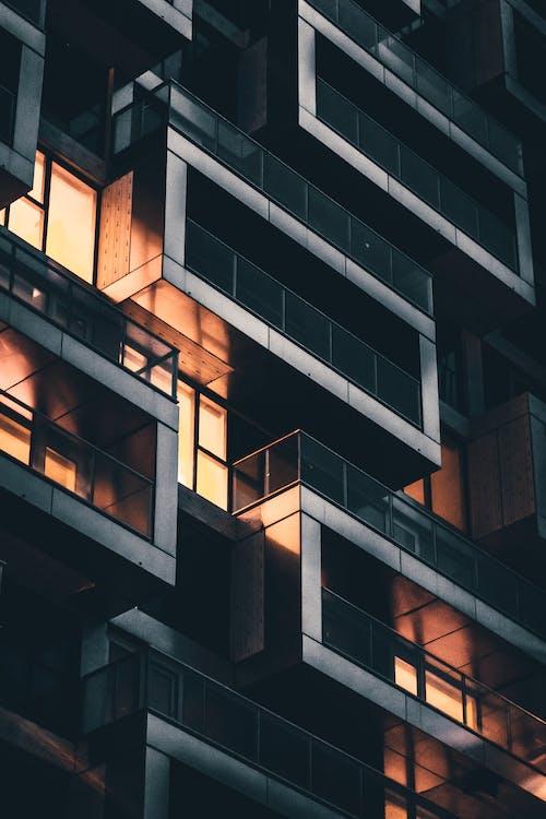 balkonlar, bina, camlar, mimari içeren Ücretsiz stok fotoğraf