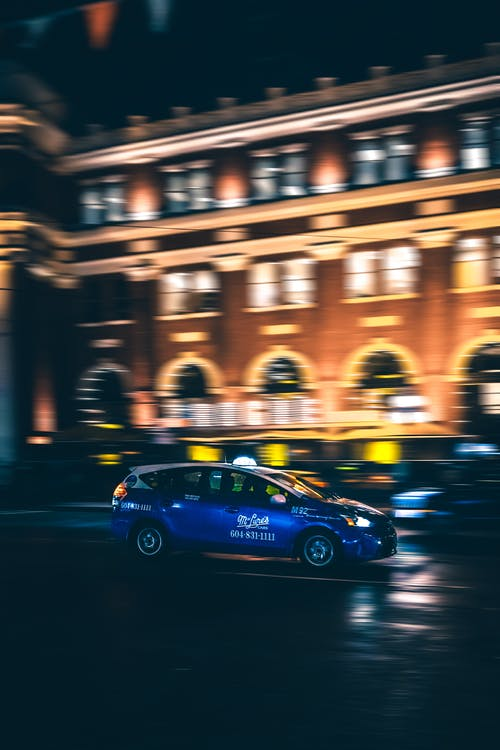 Foto De Foco Seletivo De Carro Durante A Noite