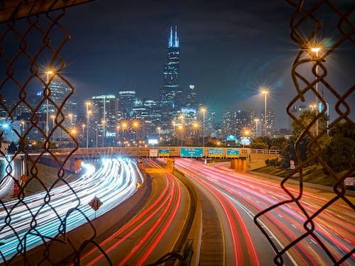 akşam, aydınlatılmış, binalar, ışık çizgileri içeren Ücretsiz stok fotoğraf