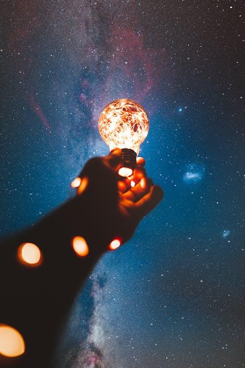 Gratis lagerfoto af astronomi, elpære, hånd, himmel