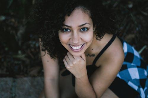 Kostenloses Stock Foto zu brasilianische frau, frau, lockiges haar, mädchen