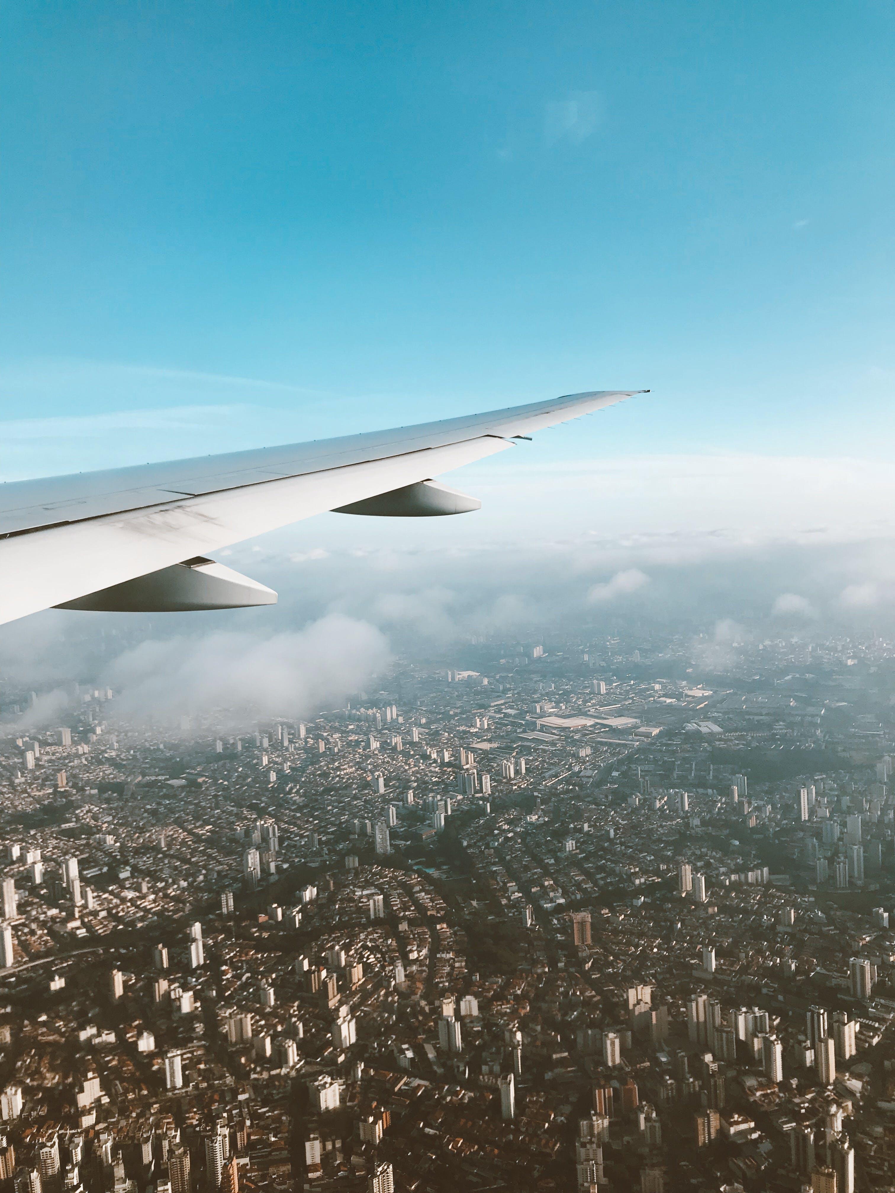 Foto stok gratis kapal terbang, kota, penerbangan, pesawat