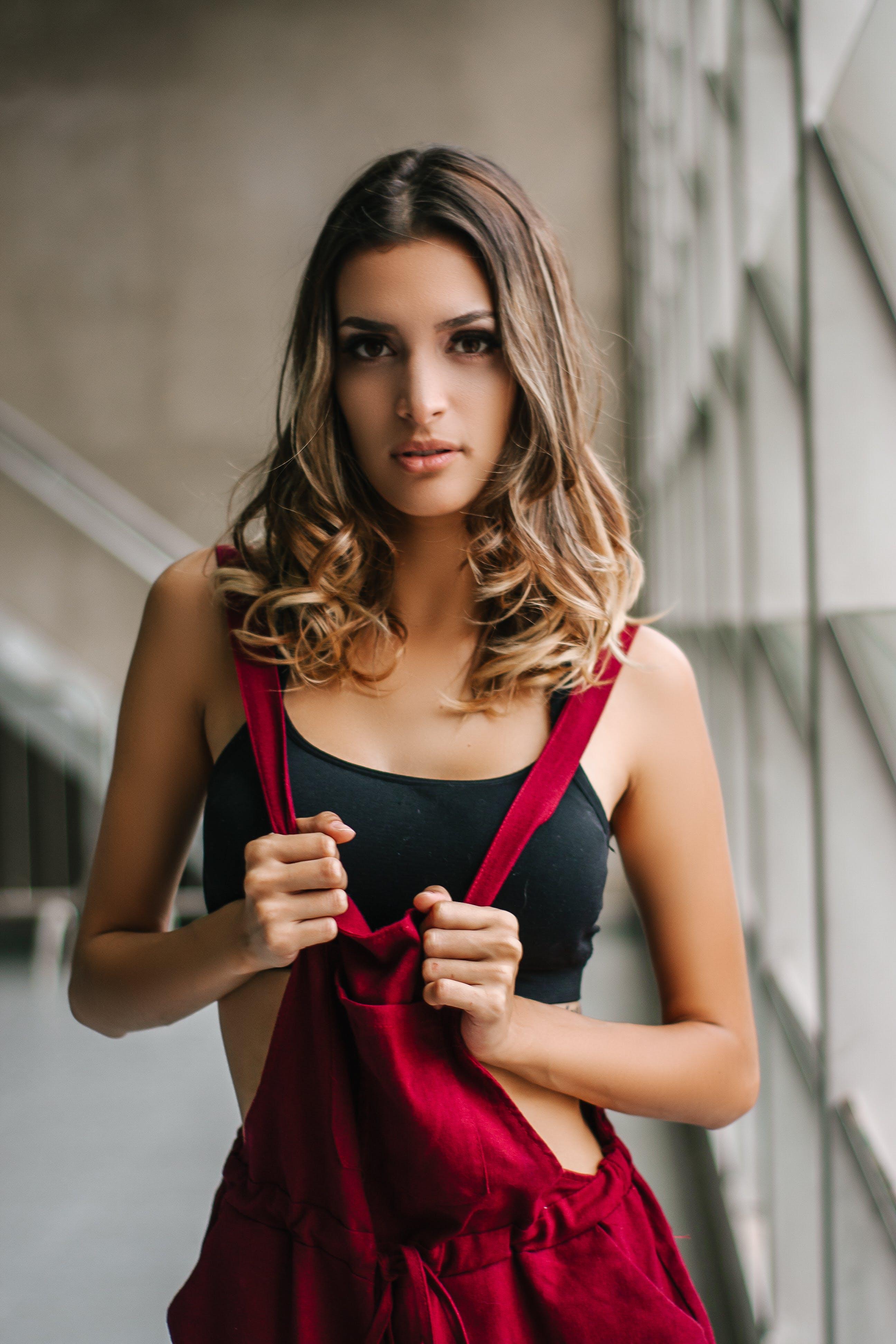 Darmowe zdjęcie z galerii z atrakcyjny, brunetka, czerwony, dama
