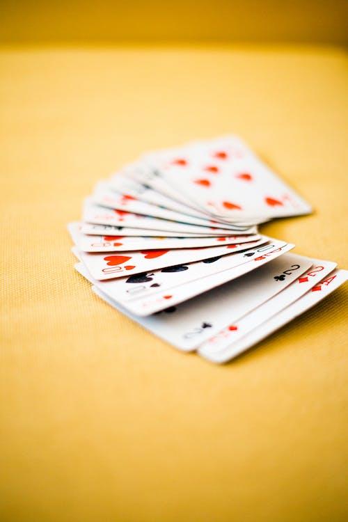 Darmowe zdjęcie z galerii z gra w karty, kartki, karty do gry, koniczyna