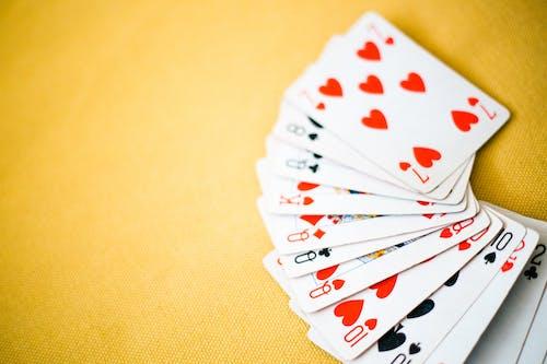 Darmowe zdjęcie z galerii z gra w karty, kartki, karty do gry, kier