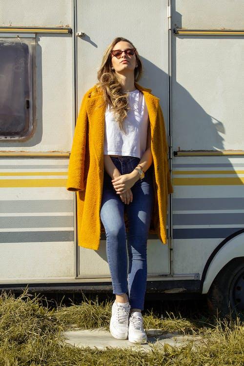 Бесплатное стоковое фото с выражение лица, джинсы, дневное время, дневной свет