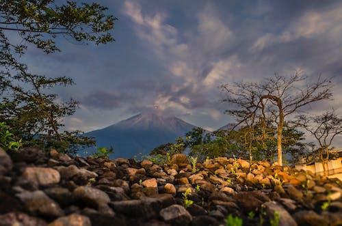 Základová fotografie zdarma na téma fuego sopka, guatemala, kameny, modrá obloha