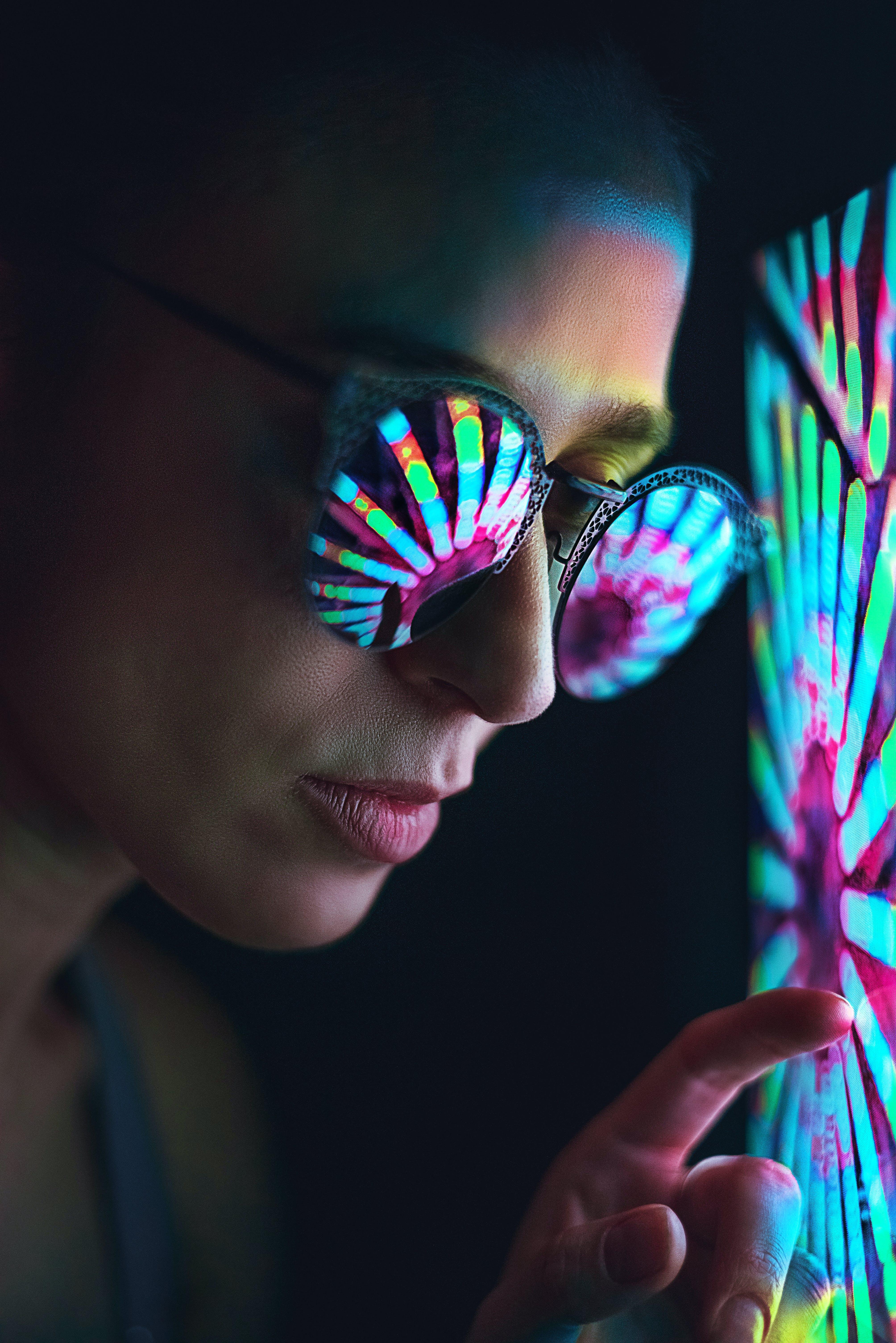 네온 불빛, 반사, 사람, 선글라스의 무료 스톡 사진