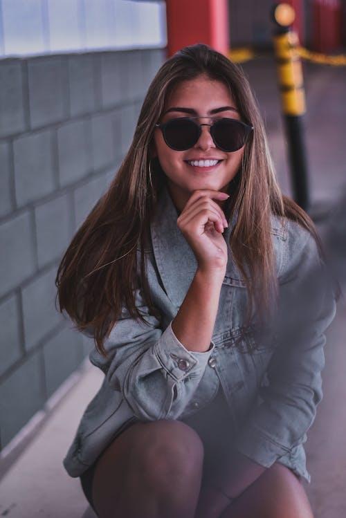 çekici; cazip, duruş, gülümsemek, Güneş gözlüğü içeren Ücretsiz stok fotoğraf
