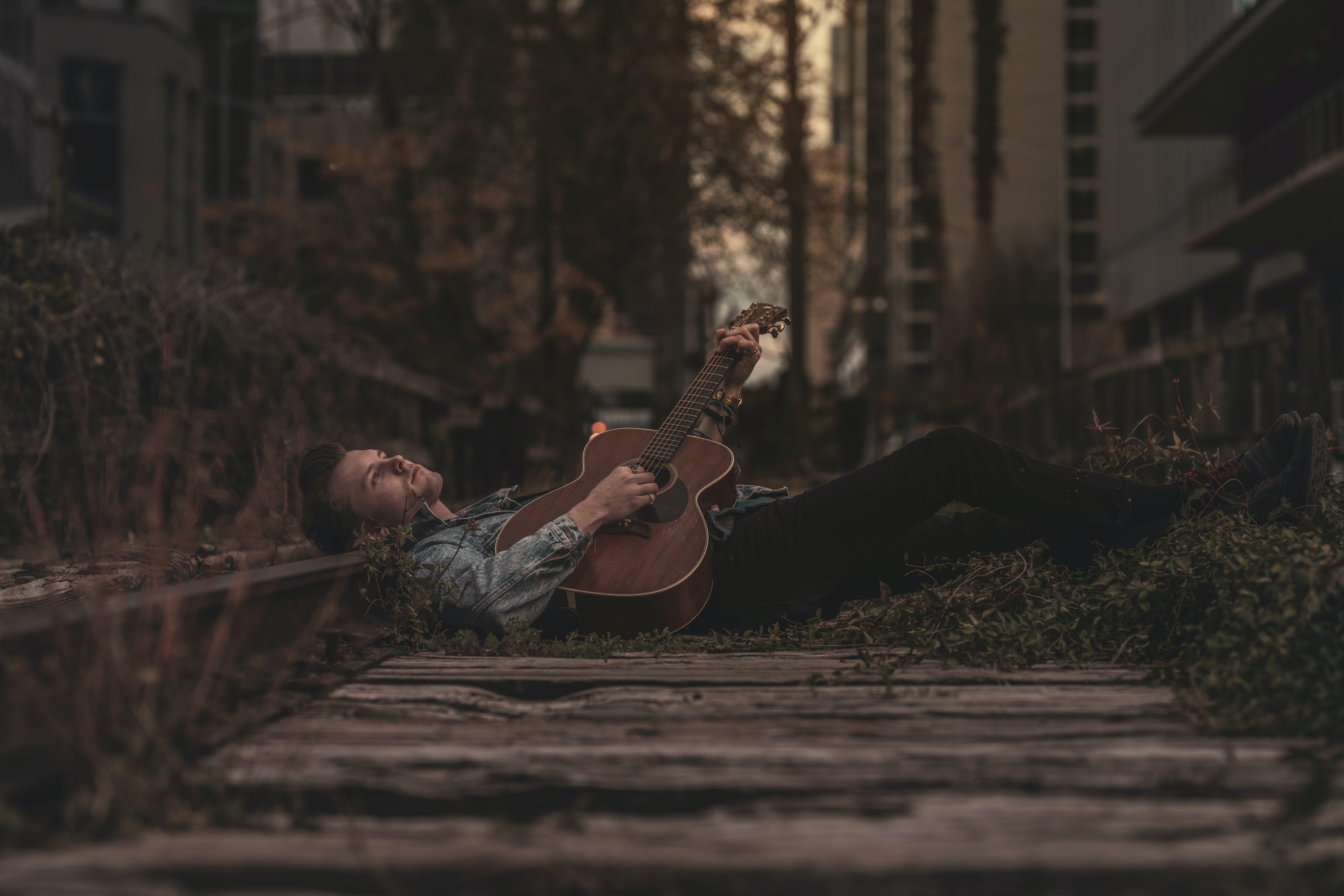 Kostenloses Stock Foto zu dressman, erholung, gitarre, gitarrist