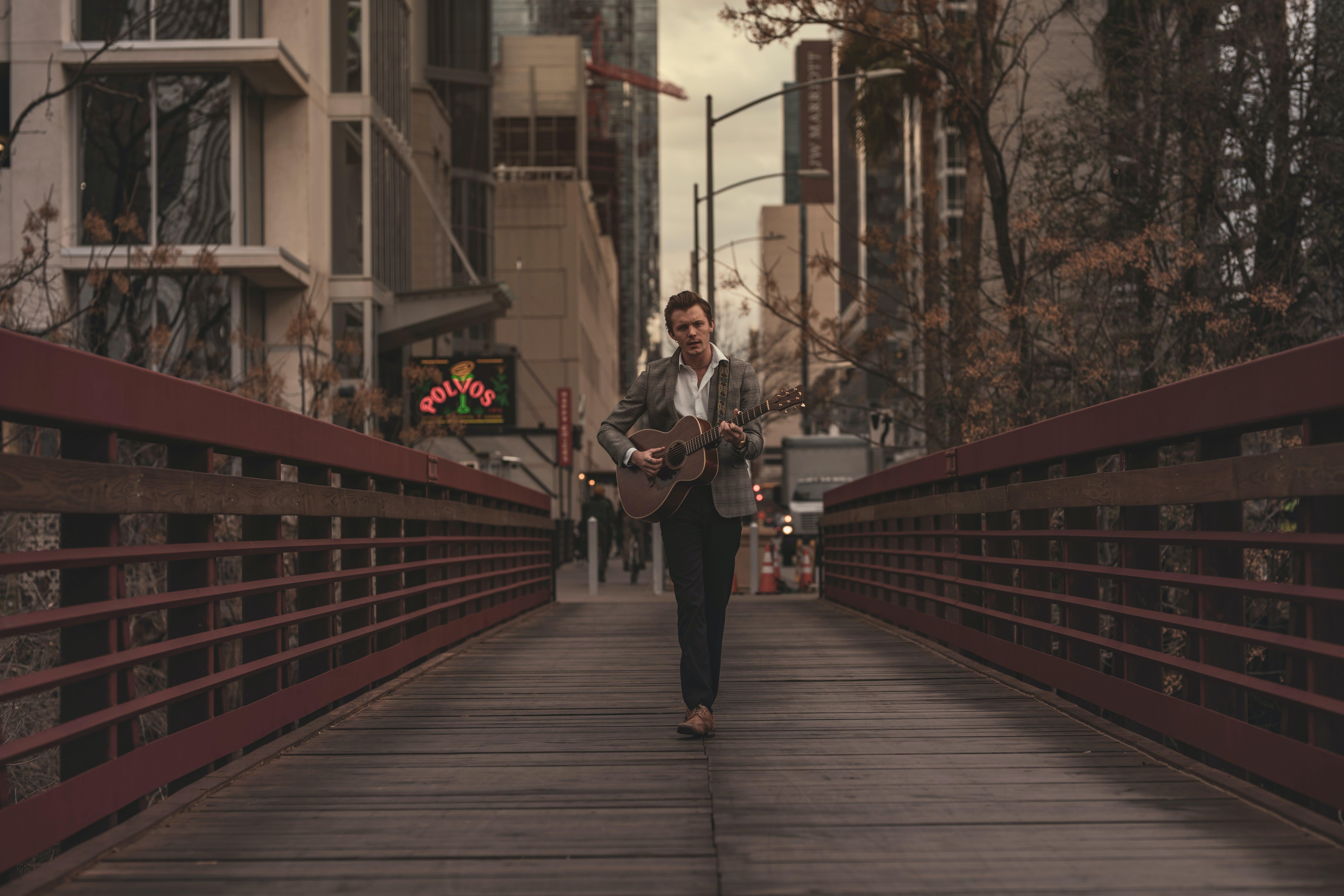 Kostenloses Stock Foto zu akustisch, akustische gitarre, architektur, brücke