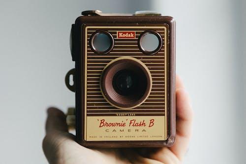 Fotobanka sbezplatnými fotkami na tému analógový fotoaparát. analógová kamera, čokoládový koláčik, fotka, fotoaparát