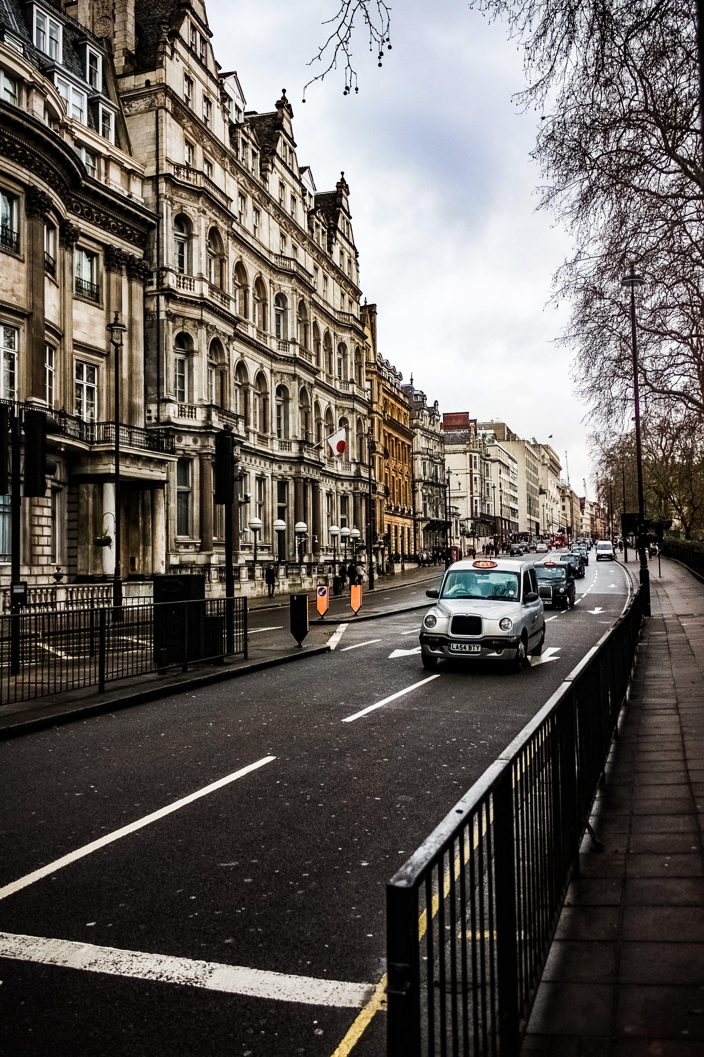 Základová fotografie zdarma na téma Anglie, architektura, asfalt, auta