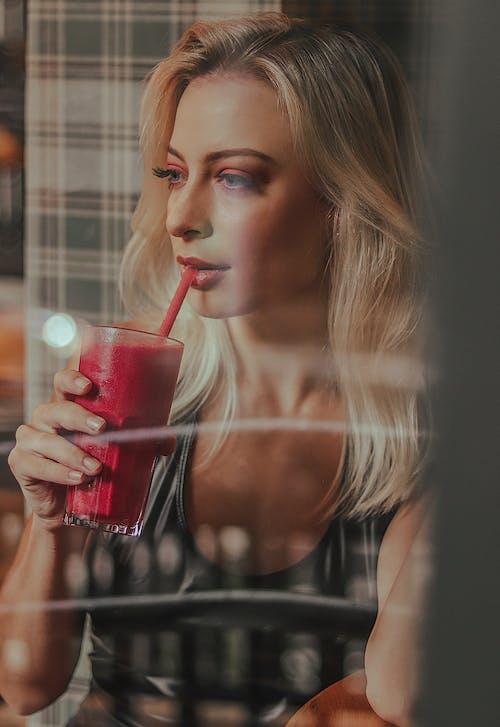 Foto d'estoc gratuïta de adult, atractiu, batut de fruites, beguda