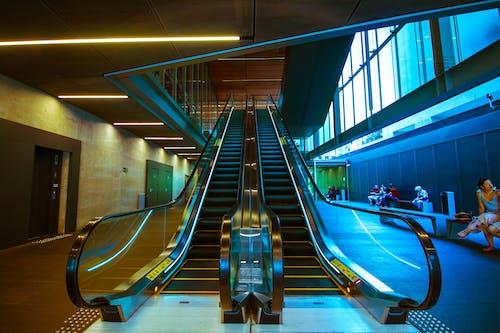 Бесплатное стоковое фото с архитектура, голубой, городской, движение