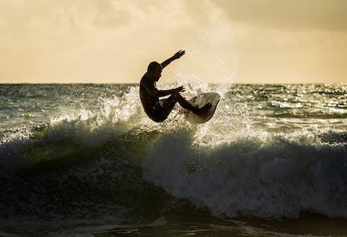 Бесплатное стоковое фото с активный отдых, водные виды спорта, волны, всплеск