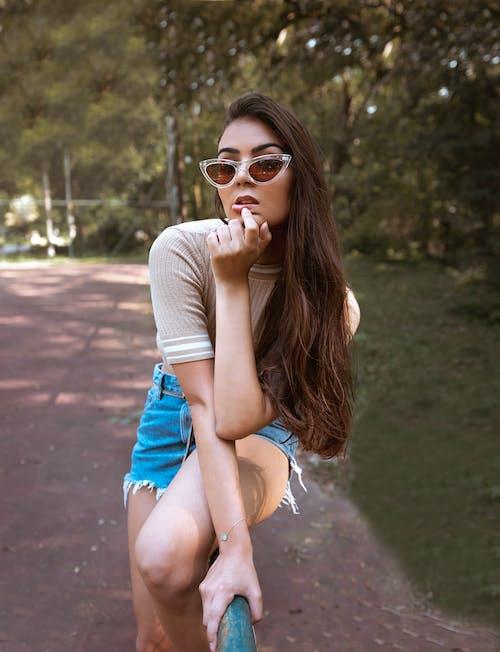 休閒, 公園, 可愛, 咖啡色頭髮的女人 的 免費圖庫相片