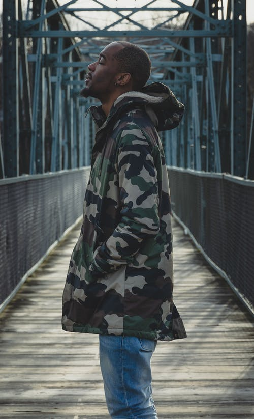 Foto profissional grátis de azul, casaco, com frio, espaço