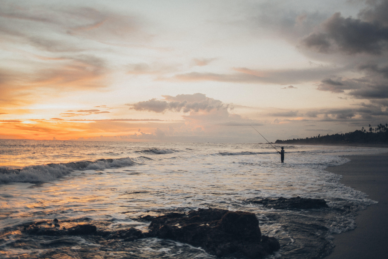 Gratis arkivbilde med bølger, fiske, fiskestang, gylden time