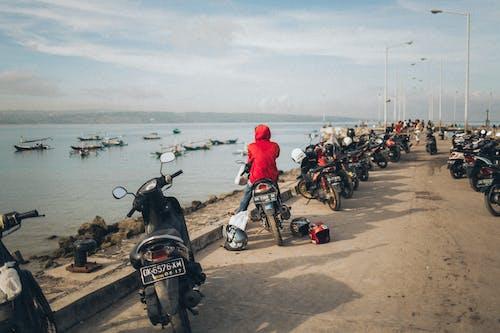 Бесплатное стоковое фото с байкер, вода, лодки, люди