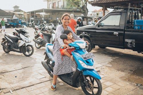 Základová fotografie zdarma na téma dítě, dopravní systém, lidé, motocykl