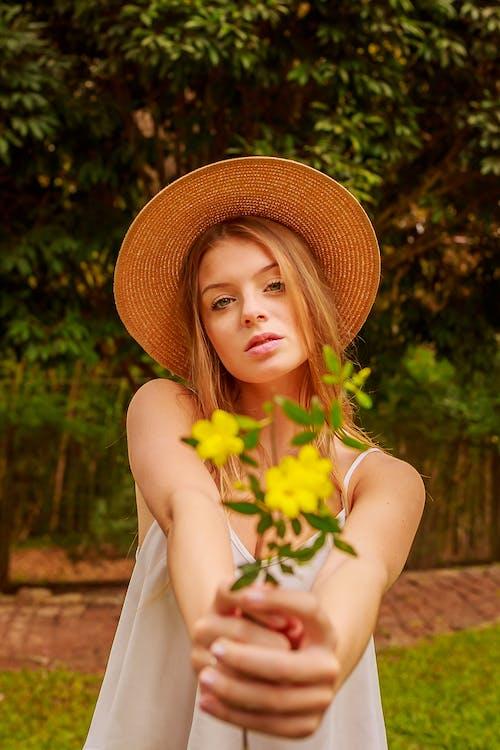 Darmowe zdjęcie z galerii z atrakcyjny, dama, delikatny, flora