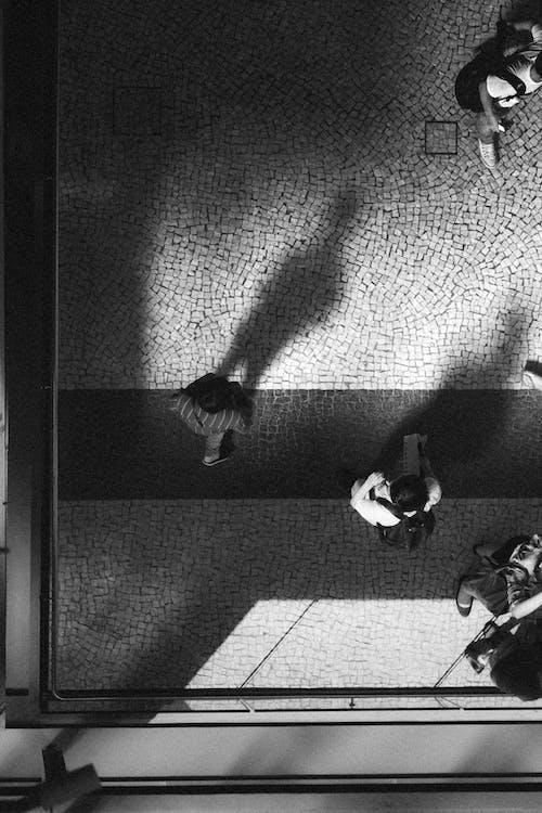 Foto d'estoc gratuïta de blanc i negre, caminant, carretera, edifici