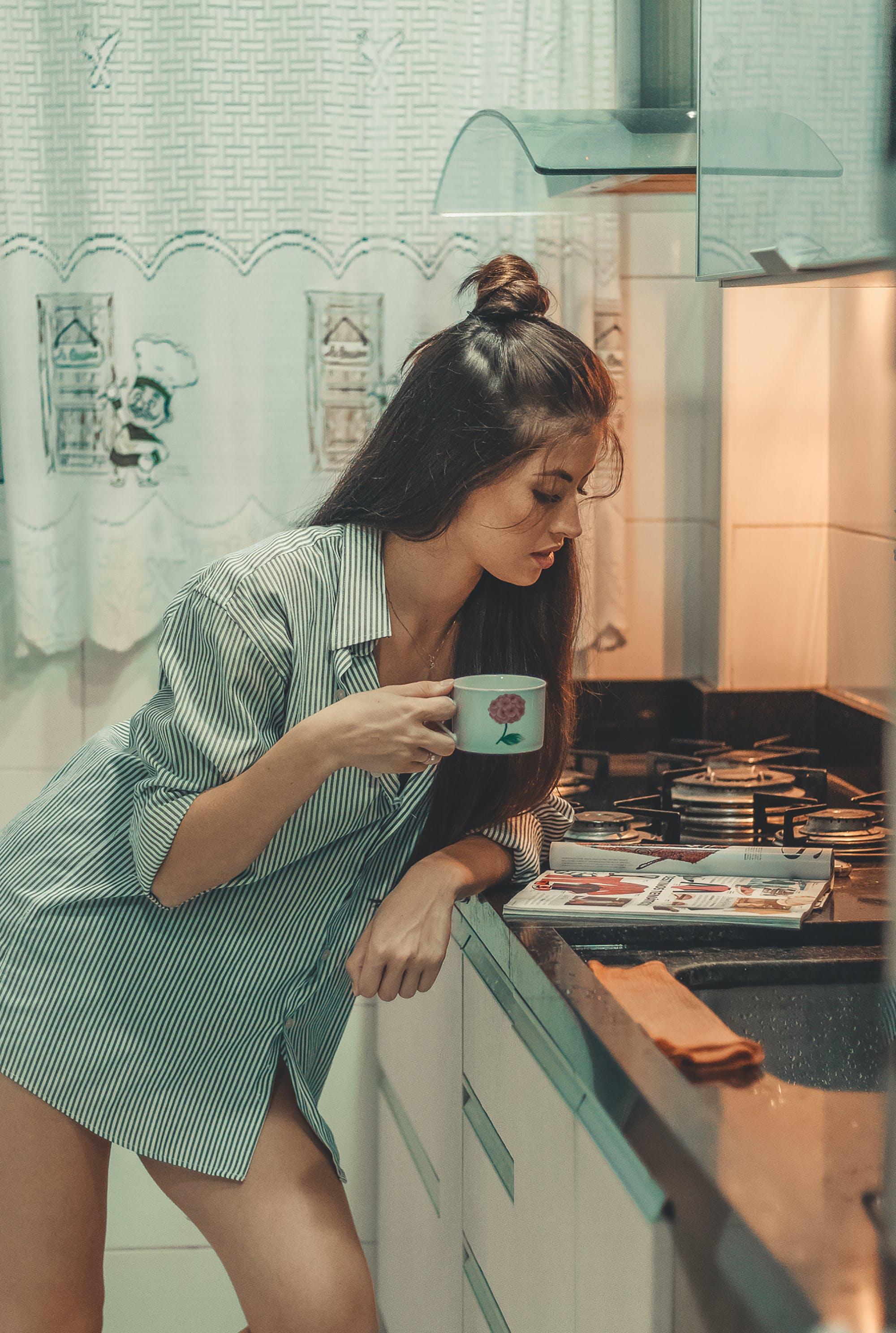 눈, 독서하는, 라틴계 여자, 매거진의 무료 스톡 사진