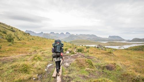 Gratis stockfoto met backpacken, backpacker, bergen, blauwe lucht