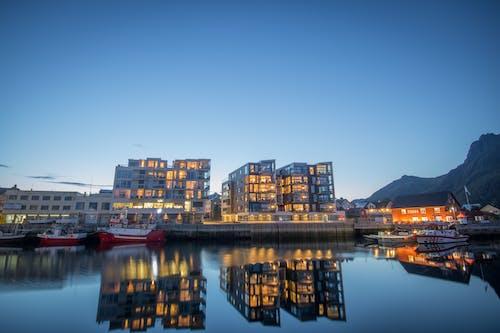 Gratis stockfoto met architectuur, boten, dageraad, gebouwen