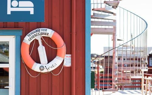 Ilmainen kuvapankkikuva tunnisteilla pelastusrengas, portaat, turvallisuus