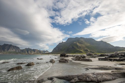 adımlar, boyalı dağlar, bulutlu gökyüzü, çadır içeren Ücretsiz stok fotoğraf