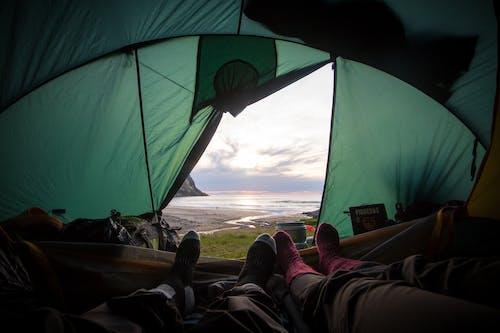 adımlar, boyalı dağlar, çadır, çift içeren Ücretsiz stok fotoğraf