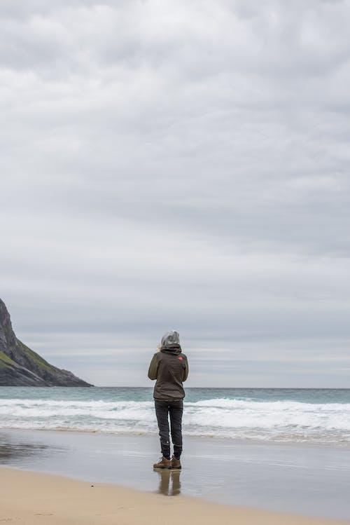 adımlar, çim, coulds, dağlar içeren Ücretsiz stok fotoğraf