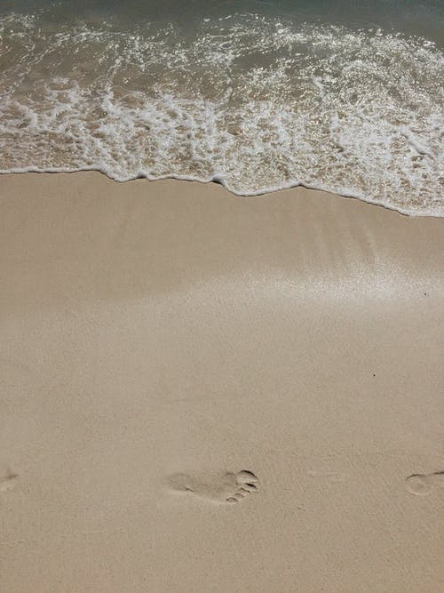 açık hava, ayak izleri, dalgalar, deniz içeren Ücretsiz stok fotoğraf