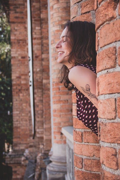 คลังภาพถ่ายฟรี ของ ผู้หญิง, ผู้ใหญ่, รอยยิ้ม, รอยสัก