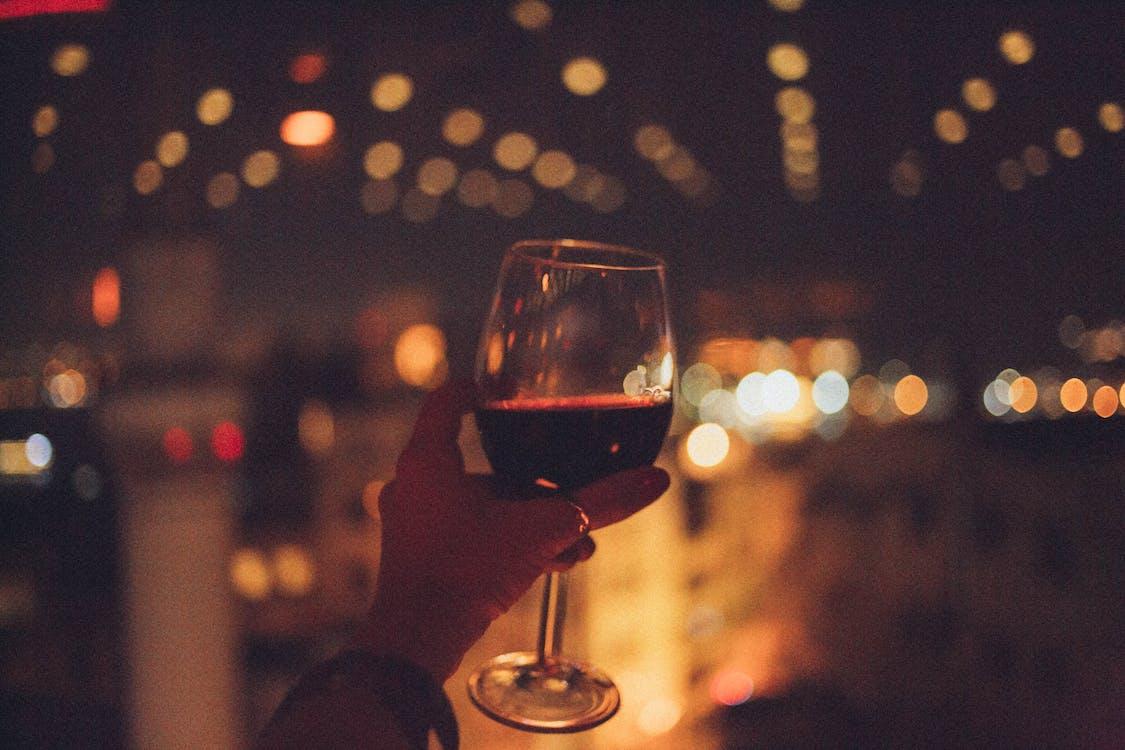 đèn, ly rượu, mất tập trung