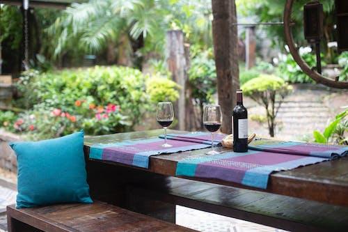 Бесплатное стоковое фото с бутылка вина, винные бокалы, двор, деревья