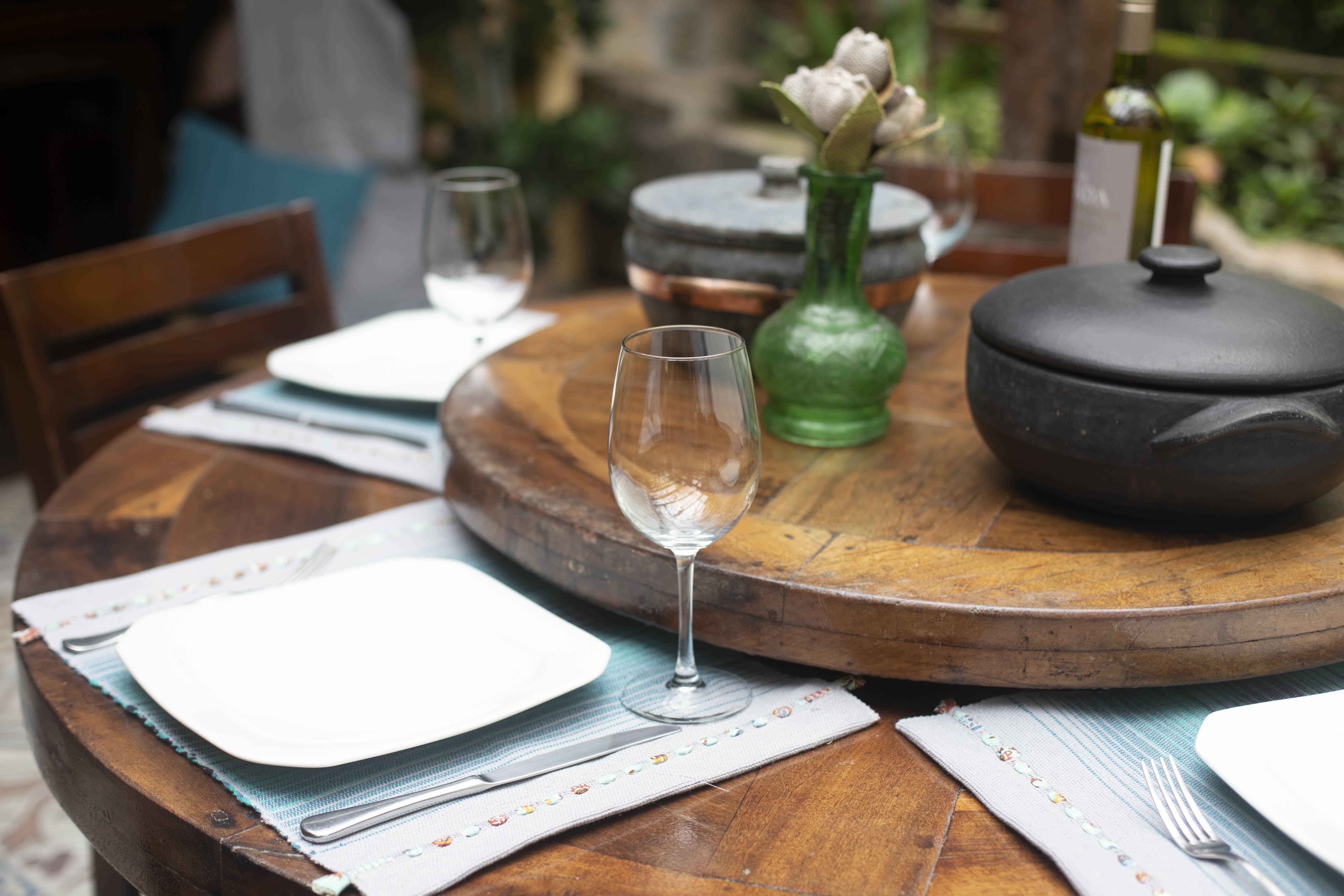 Foto d'estoc gratuïta de ampolla de vi, articles de vidre, cadires, concentrar-se