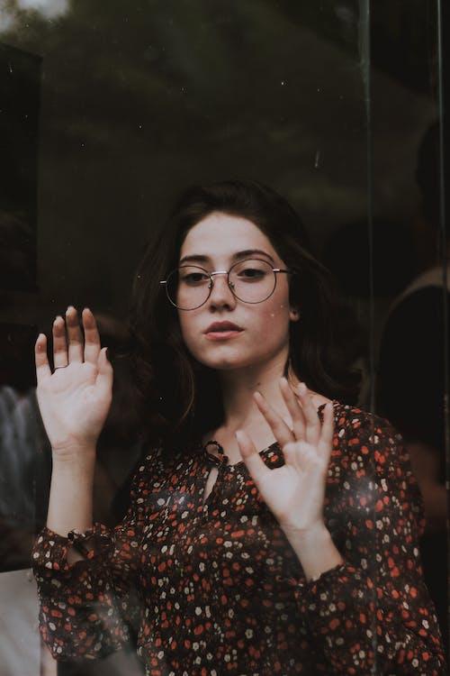 Foto stok gratis berambut cokelat, dewasa, ekspresi muka, kacamata