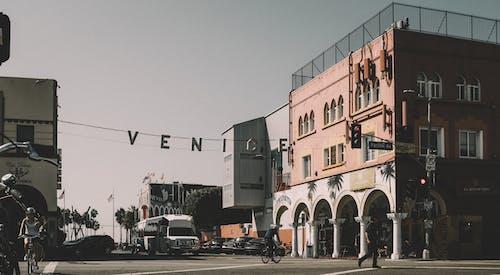 Gratis lagerfoto af arkitektur, asfalt, biler, butikker