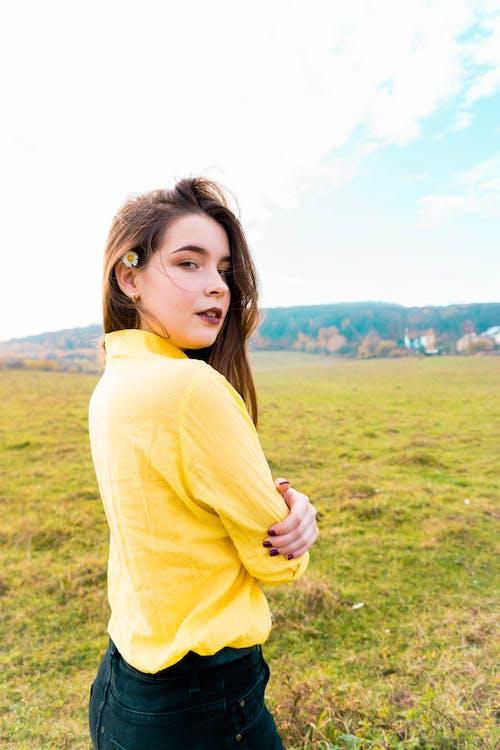 Gratis arkivbilde med blå himmel, gul kjole, jente, kamille